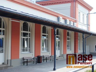FOTO: Na budově nádraží v Turnově dokončili 2. etapu rekonstrukce