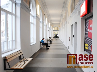 V turistické sezoně budou na nádraží v Turnově konečně lavičky i WC