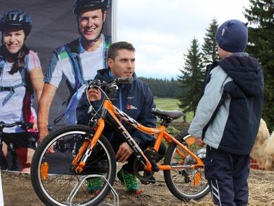 Projekt Na kole jen s přilbou pokračuje na Rovinkách v Krkonoších