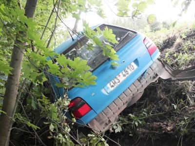 Řidič usnul na silnici ze Stružince na Košťálov za volantem