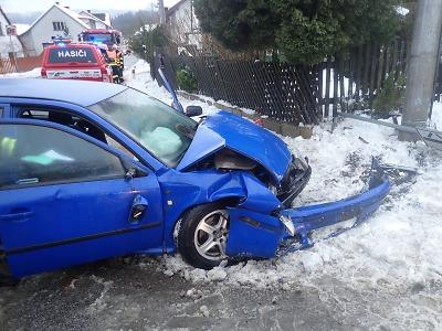 V obci Bohumileč u Turnova narazilo auto do sloupu
