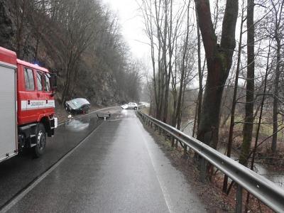 V Bořkově u Semil zemřel řidič havarovaného auta