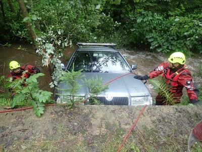 Hasiči vytahovali v Bozkově auto z potoka, řidiče odvezla sanitka