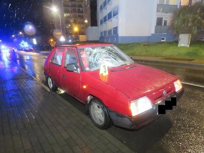 V Brodě se auto srazilo s mladou chodkyní. Ta měla na uších sluchátka