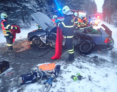 Po střetu aut u Dolní Černé Studnice čtyři zranění, jedna osoba zemřela