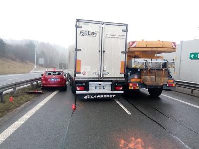 Nehoda pěti vozidel uzavřela na dvě hodiny silnici z Liberce na Prahu