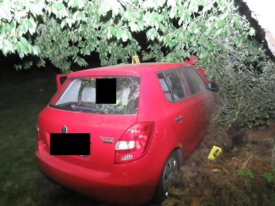 V Koberovech havaroval opilý řidič, který zastavil až v hromadě sena