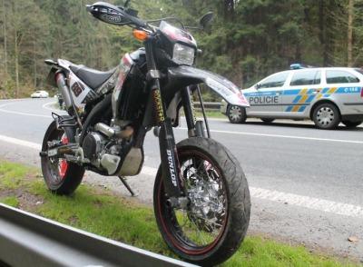Řidička v Líšném nedala přednost motocyklistovi