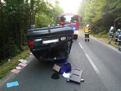 Řidička narazila u Kozákova do stromu a skončila s autem na střeše
