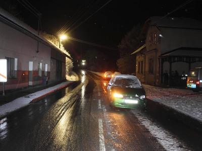 Za nehodou na silnici v Rovensku stál sníh i alkohol