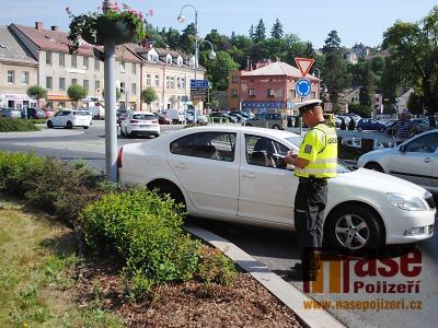 Po menší nehodě řídili dopravu na semilském náměstí policisté
