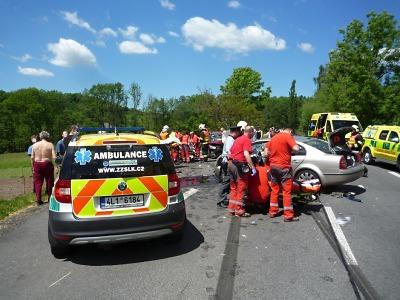 Vážná nehoda uzavřela silnici ve Smrčí, na místě bylo sedm zraněných