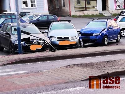 Na Smržovce ujel řidič z místa nehody. Naboural přitom hned tři auta