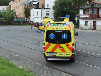 Při nehodě ve Smržovce srazilo zezadu postrčené auto ženu s kočárkem