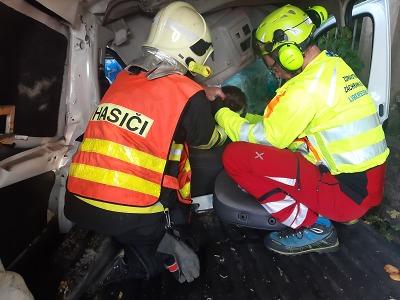 Po srážce osobního a nákladního auta ve Studenci vyprostili zraněného