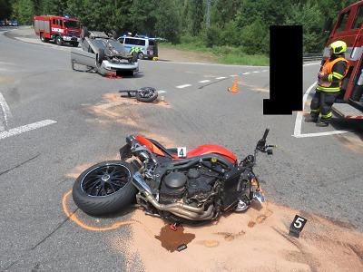 Řidička v autě nedala u Železného Brodu přednost motorkáři