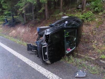 Mladá řidička u Železného Brodu skončila na mokru s autem na boku