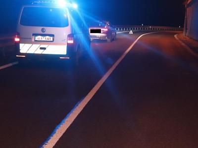 Řidič na mokré vozovce u Železného Brodu narazil do svodidel