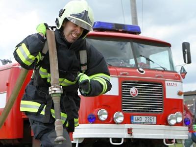 FOTO: U Učiků ve Vrchlabí hledali nejtvrdšího hasiče