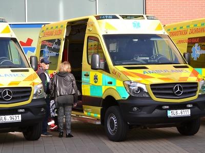 Krajští zdravotníci získali nové sanitky a defibrilátory
