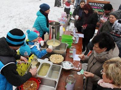 Vánoční trhy v Harrachově vyvrcholí soutěží o Novoroční česnečku