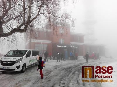 FOTO: V mlze vystoupala Kozákov na Nový rok 2019 tisícovka turistů