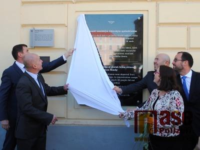 FOTO: Odhalením pamětní desky zahájili výstavu Židé a Semily