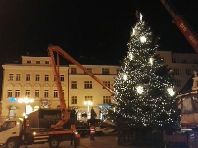 Obrazem: Jak byl odstrojen a rozřezán jablonecký vánoční strom