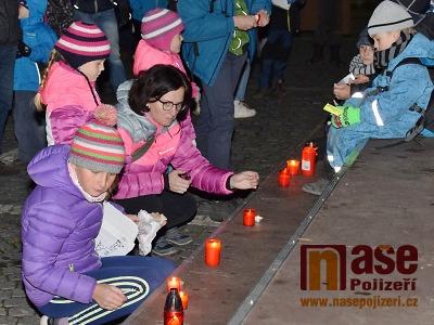 Obrazem: Na vrchlabském náměstí si připomněli Sametovou revoluci