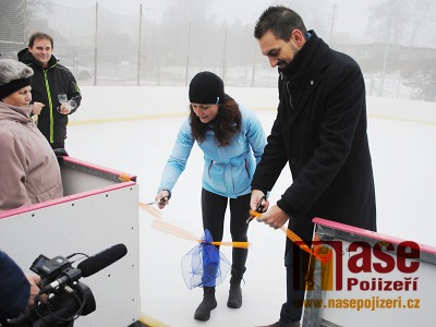 FOTO: První bruslaři vyzkoušeli led na novém kluzišti v Semilech