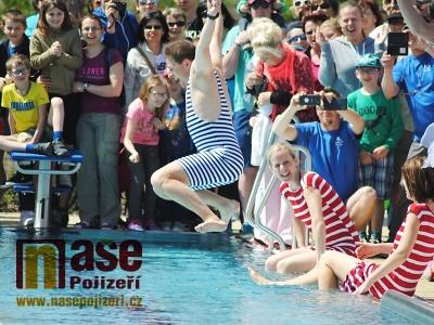 FOTO: Nové koupaliště v Turnově pokřtilo skokem do vody vedení města
