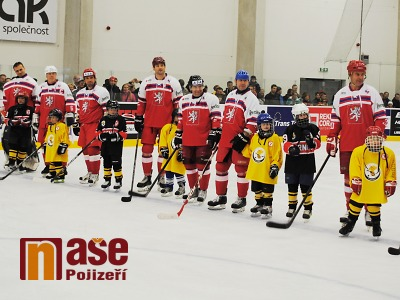 FOTO: Za pomoci hokejových legend otevřeli v Turnově zimní stadion