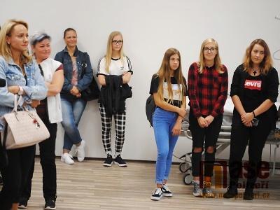FOTO: V Jilemnici nastoupily do první třídy budoucí sestřičky