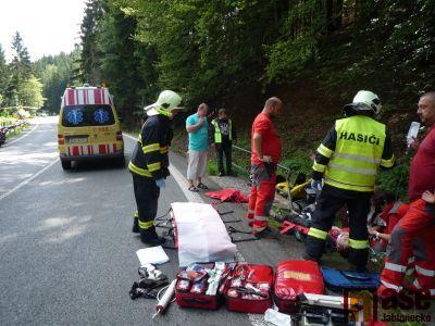 Zraněného motorkáře musel transportovat vrtulník do nemocnice