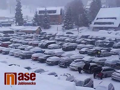 Video: Přeplněná parkoviště a doprava v Bedřichově v sobotu 26. ledna