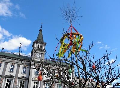 Platany na náměstí v Železném Brodě obrostly kraslicemi