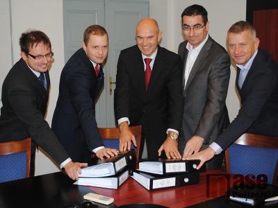 FOTO: V Turnově podepsali smlouvu na výstavbu areálu Maškova zahrada