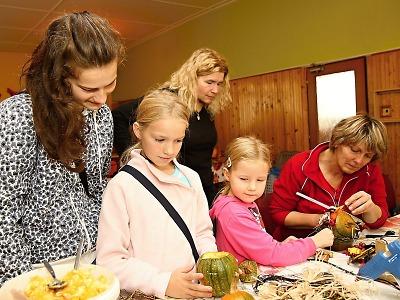 Obrazem: Podzimní tvořivé dílny ve vrchlabské školní jídelně