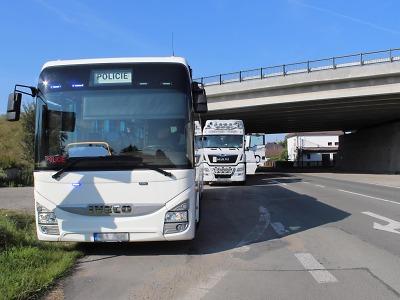 Řidiče náklaďáků v Libereckém kraji opět kontroloval policejní autobus