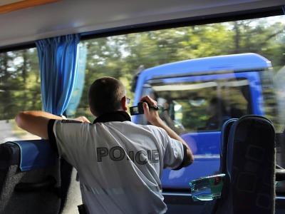 Policisté 1. října kontrolovali věnování se řízení a bezpečnostní pásy