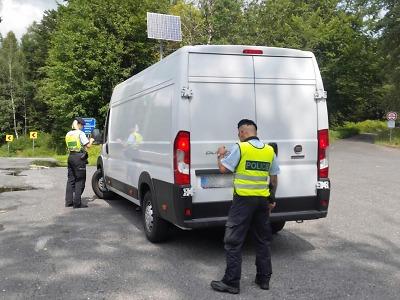 Krajská cizinecká policie hledala migranty převážené v autech