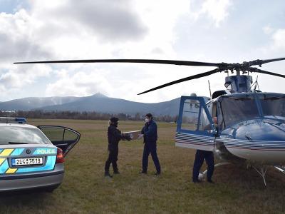Policisté doručili na krajský úřad další sadu rychlotestů na Covid-19