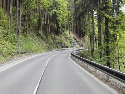 Opilý řidič se po havárii mezi Jablonečkem a Poniklou skutálel do řeky