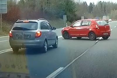 Policie hledá svědky nebezpečného otáčení auta na silnici u Turnova