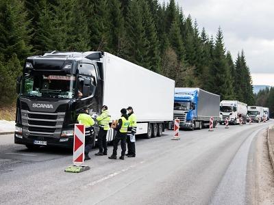 Pomoc a solidarita pro řidiče před hraničním přechodem v Harrachově
