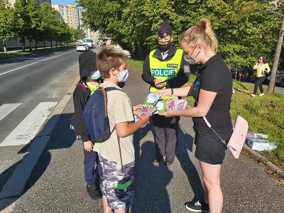 Děti šly zpátky do školy po Covidu, doprovázeli je policisté