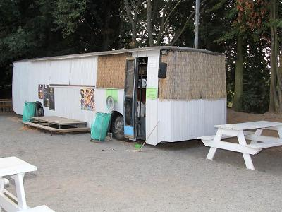 Zloděj dostal chuť na pamlsky v kiosku Autobus v Přepeřích