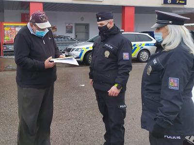 Policisté varovali seniory v Lomnici nad Popelkou před podvodníky