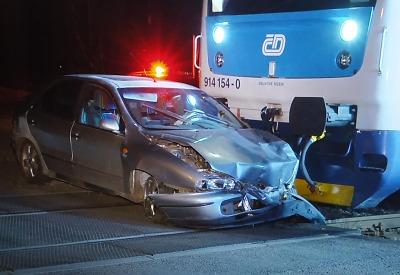 V Příšovicích se střetl osobní vlak s fiatem, který tam někdo odstavil