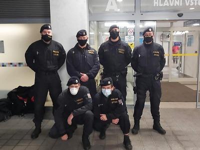 Policisté pořádkové jednotky vymění uniformu za zdravotnický oblek